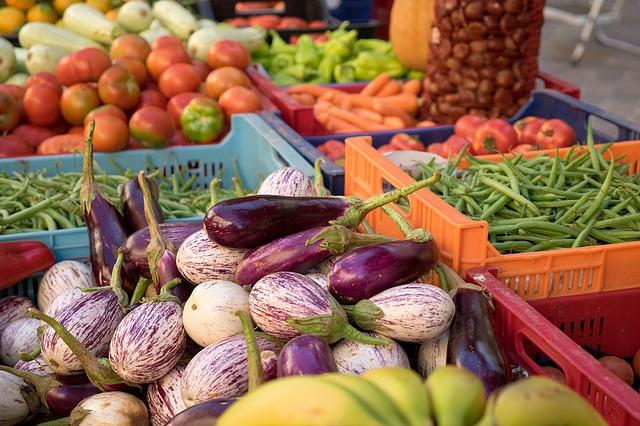 Faire le marché est un bon moyen de dépenser moins pour son alimentation.